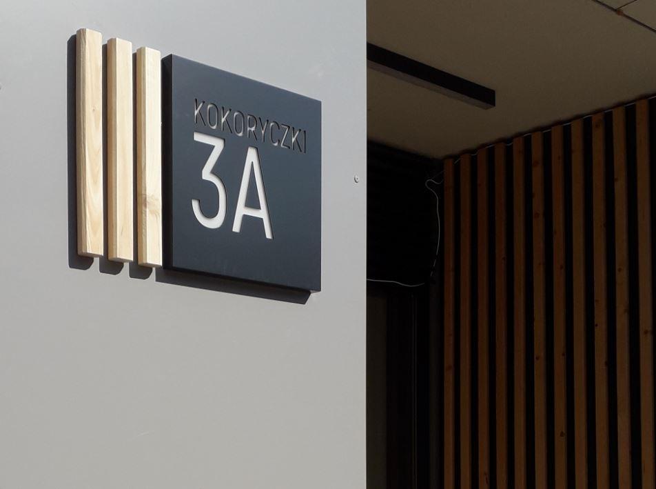 Oznakowanie wewnętrzne - oznakowanie mieszkań -oznakowanie pięter - numery mieszkań - logo inwestycji - numery administracyjne - oznakowanie wewnętrzne - tabliczki na drzwi